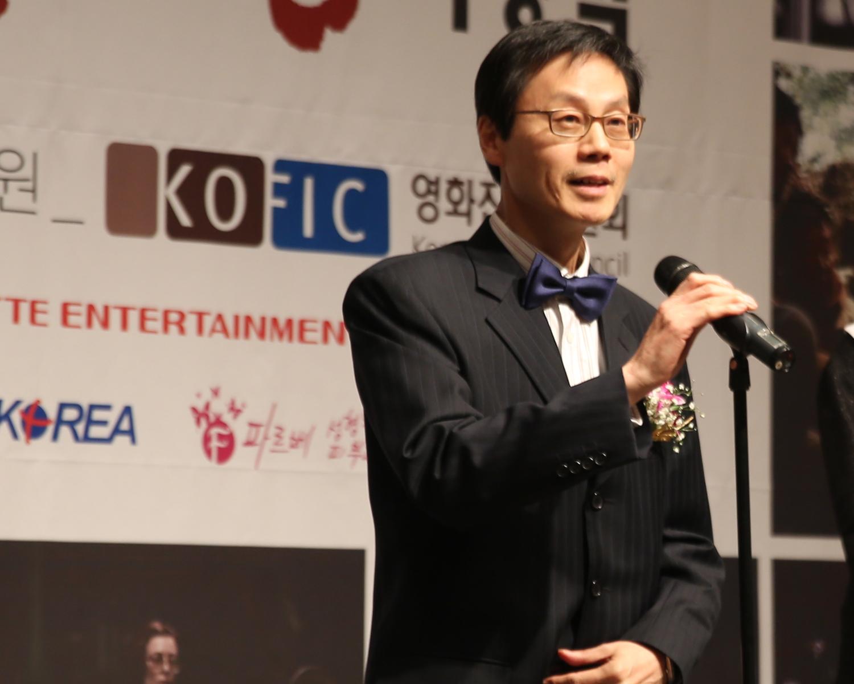 24.신인여우상 심사평하는 김시무 회원