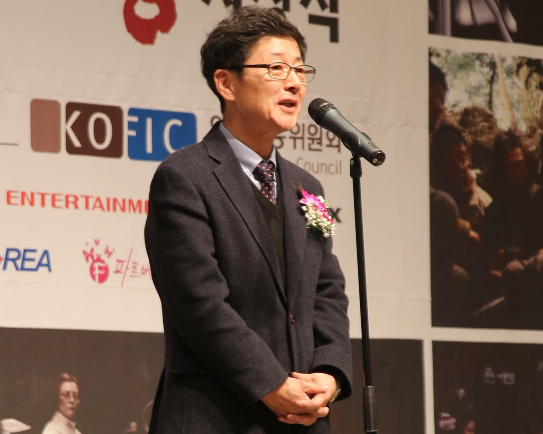 20.여우조연상 심사평하는 김두호 회원