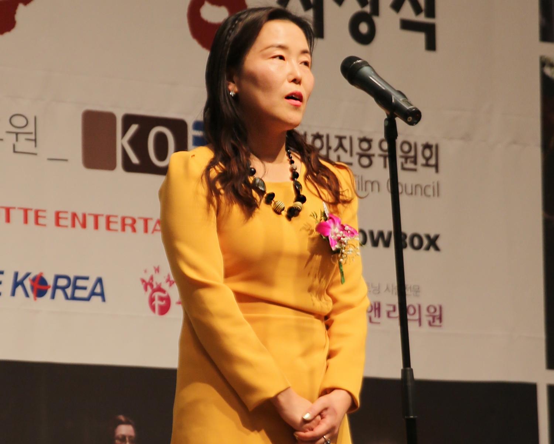 18.남우조연상 심사평하는 서곡숙 회원