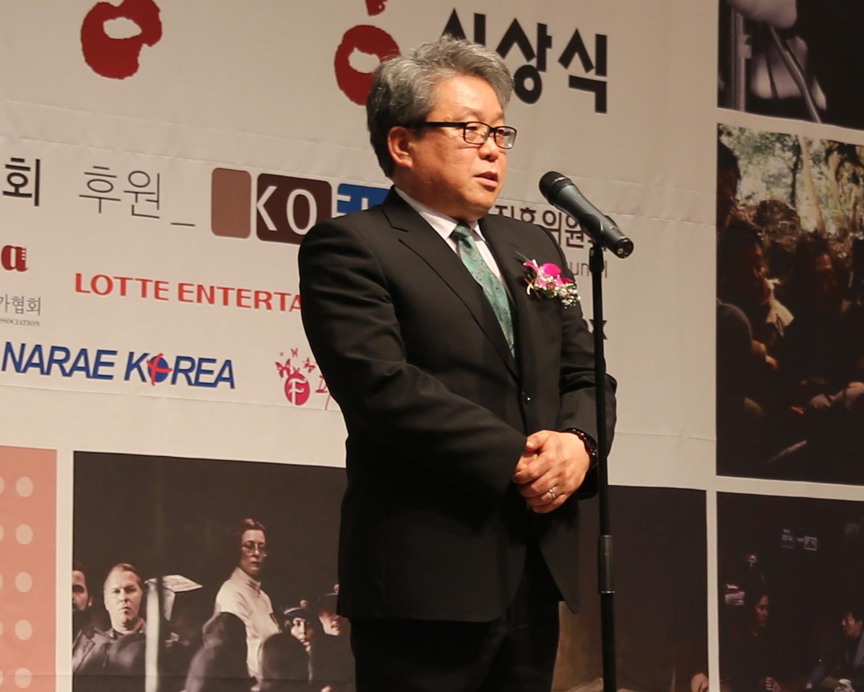 16.여우주연상 심사평하는 배장수 회원